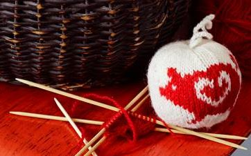 Vil du lære å strikke julekuler?